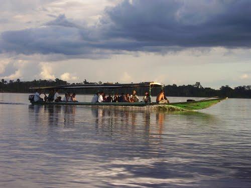 En voladora y por el río, es la única manera de llegar hasta la abandonada Inspección de Gallinazo, municipio de Puerto Guzmán.