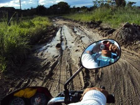 Los habitantes dicen que no es material de rio, es barro que ha dañado más las vías