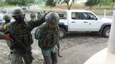 NUEVA LOJA, Sucumbíos. El presunto guerrillero fue trasladado desde el destacamento El Palmar hacia esta ciudad con amplio resguardo militar. Víctor Gómez