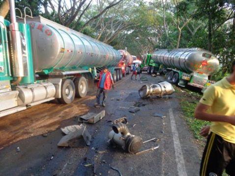 Tres tractomulas y una camioneta se vieron involucradas en un accidente en la vía Garzón-Gigante.