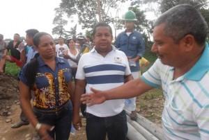 Alcalde José Luis Angulo  recibiendo agradecimiento de los habitantes