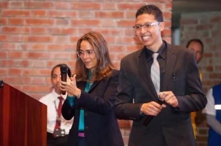 Édgar Stiven Correa, uno de los aprendices que recibieron el certificado con la descripción del crédito educativo condonable,obtenidocomo resultado de la primera convocatoria del FIE.