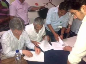 voceros del Gobierno Nacional y el comité dignidad por Mocoa firman  acta de compromiso centrado en 4 ejes temáticos. Junio de 2013