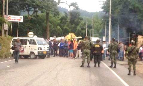 Bloqueo en Brucelas, Via Mocoa - Pitalito. Foto : José Luis Ibarra V.