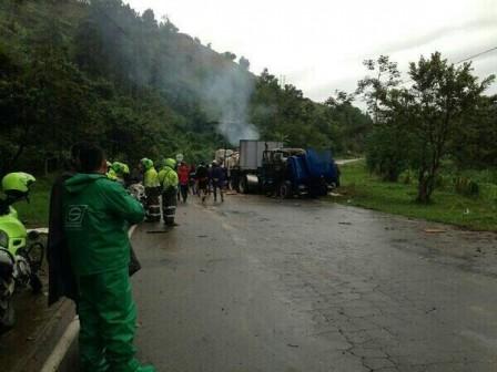 Foto: Twitter/@CarlosIvnRivera. Encapuchados interceptaron el vehículo en un sitio de concentración de campesinos.