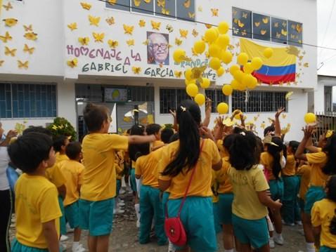 Estudiantes Liceo Victoria Regia en el homenaje a GABO