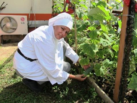 Aprendices del Técnico en Cocina de Puerto Asís cosechan la materia prima de su trabajo de práctica.