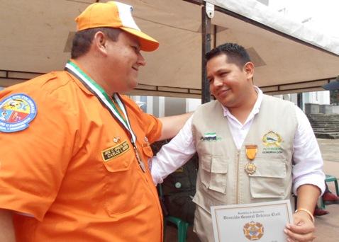 Foto: Carlos Herrera, recibiendo los botes de manos secretario de gobierno departamental Javier Rosero Pai