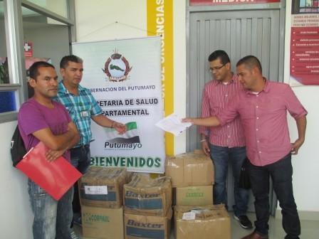 Edison Mora, alcalde de Puerto Guzmán y funcionarios de la E.S.E Jorge Julio Guzmán, reciben medicamentos donados por Secretaría de Salud Departamental.
