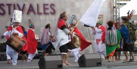 Puesta en escena de la muestra colectiva del Bëtsknaté (Día grande) y Danza de los Saraguayes en la Plaza Central de Villa de Leyva, donde se reunieron más de 3.000 para conmemorar los 204 años de independencia de Colombia.