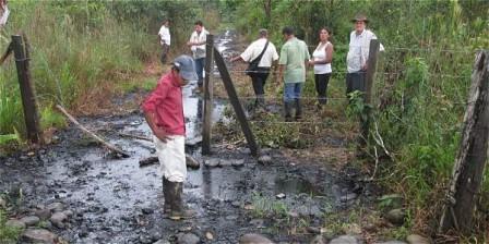 Afectados por el derrame en la vereda Maravélez, del municipio Valle del Guamuéz. Foto: Cortesía Alba Mery Cuarán