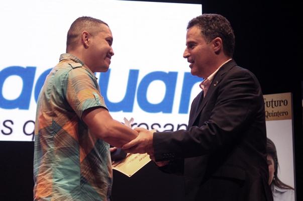 Juan Pablo recibió su reconocimiento como Emprendedor Joven del Año de manos del alcalde de Medellín, Aníbal Gaviria Correa. El premio: $7 millones, asesorías empresariales y un computador.
