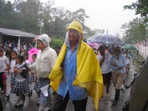 Marcha bajo la lluvia