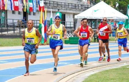 Flavio Meléndez encabezando la carrera de 10.000 metros