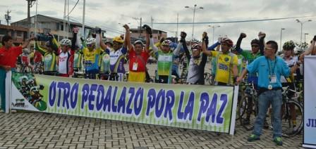 El deporte une a los pueblos hermanos fue el mensaje al comienzo de la primera etapa. Foto: Héctor Verdugo