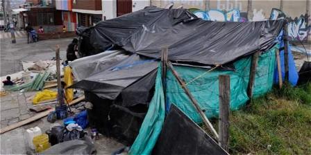 Foto: Abel Cárdenas / EL TIEMPO El cambuche donde viven los desplazados está en la transversal 2.ª este con calle 26.