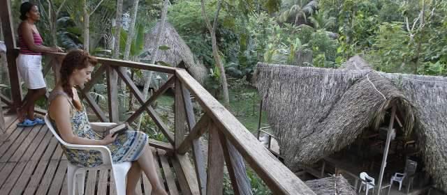 Ecoturismo, alternativa en zonas de cultivos ilícitos | Las cabañas El Carlos están en Necoclí. El día, con alimentación completa, vale $65.000 e incluye tour a la playa. FOTO ROBINSON SÁENZ