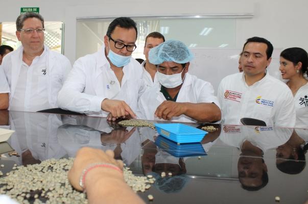 """""""Nos interesa enseñar a los campesinos cómo se produce el mejor café del mundo, cómo se logra hacer una buena trilla, una buena tostión, y, además, poner en el mercado internacional productos de clase mundial"""", afirmó el director general del SENA, Alfonso Prada."""
