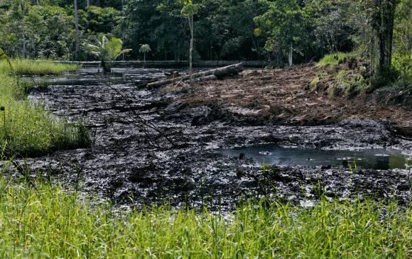 Se dijo en el foro que primero es necesario evitar los desastres naturales que están provocando los grupos armados. En la imagen el derrame de hidrocarburos en Puerto Asís realizado por las Farc el año pasado. FOTO Juan Antonio Sánchez
