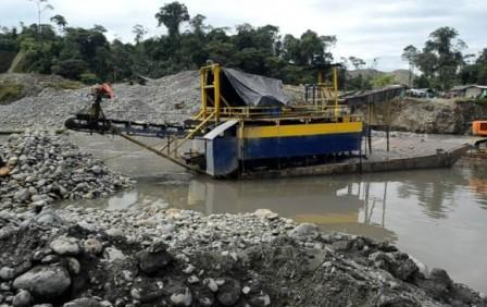 El presidente de la República, Juan Manuel Santos, anunció este jueves que se creará una dirección en la Policía, contra la minería criminal y afirmó que su Gobierno le declara la guerra a esta práctica ilegal. FOTO COLPRENSA