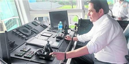 Foto: Archivo particular El vicepresidente Germán Vargas Ll., durante el recorrido por Nariño, visitó la draga que comienza operaciones en Tumaco.