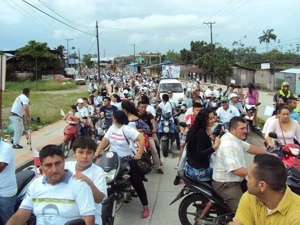 Desfile multitudinario respaldando al candidato Arturo Rosero.