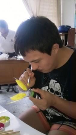 Juan Jose Bermeo en el taller de pintura