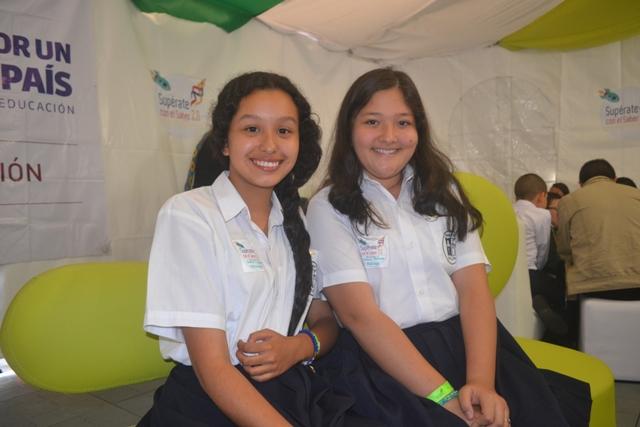 Yurani Katherine Solarte del grado 11° y Valeria  Bedoya Guerrero del grado 7° de la I.E Santa María Goretti.