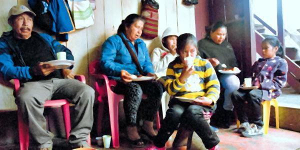 Foto: Álvaro Sierra Restrepo La gran familia del tallador de madera Ricardo Germán Maigual, en una de las cenas tradicionales en las que se reúnen desde abuelos hasta bisnietos.