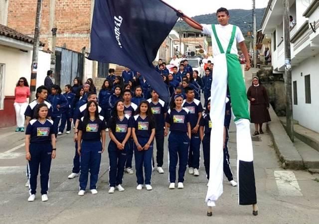 jueves 5 de noviembre. desfile de las delegaciones por las calles del municipio de sibundoy