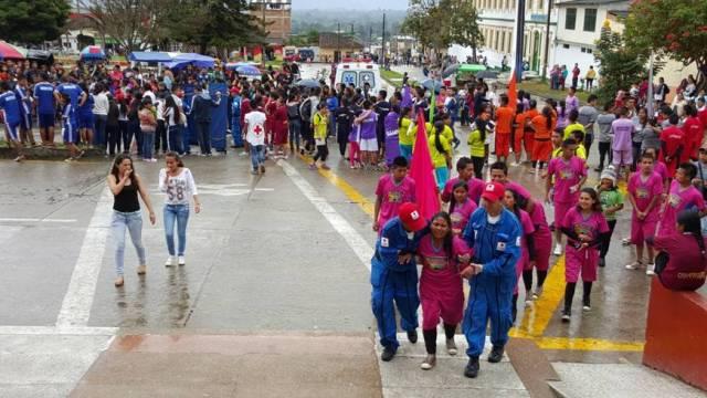 viernes 6 de noviembre. pruebas de velocidad, fuerza, agilidad y resistencia en la calle principal de sibundoy. la exigencia de las pruebas se refleja en el físico de los competidores auxiliados por la cruz roja colombiana.