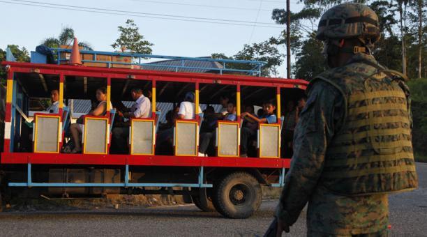 El lunes 28, el Comando de Fuerzas Especiales 53 ejecutó un control en la vía a Dureno, en Lago Agrio. Foto: Galo Paguay/El Comercio