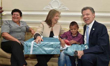 """""""Tenis…, medias…, balón…, camiseta…"""", narraba el Presidente Santos a medida que Jair, un amigo colombiano del Putumayo, abría los regalos que le entregaron durante su visita a la Casa de Nariño."""