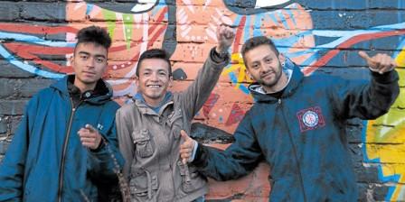 Foto: Álvaro Sierra Restrepo Diego Arteaga, el 'Grillo' (centro); David Ordóñez, el 'Pelu' (derecha), y Rubén Madrid son los motores de un grupo que ha llenado de grafitis el apacible poblado de Sibundoy.