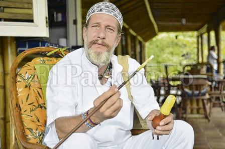 Eric van den Hove en su hogar, sosteniendo su poporo (instrumento que contiene cal hecha a base de conchas marinas). La parte superior de este elemento los indígenas la usan para escribir sus pensamientos.  Jorge Orozco   El País.