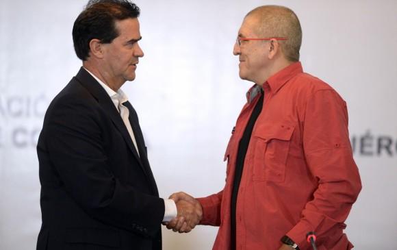 """Los jefes de las dos delegaciones, del Gobierno Frank Pearl, y del Eln Eliécer Erlinto Chamorro Acosta alias """"Antonio García"""". FOTO AFP"""