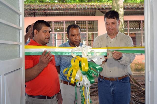 De izquierda a derecha. Leandro León Gómez Rector Institución Educativa Guillermo Valencia Sede Rural,JhonEver Calderon, Alcalde de Villagarzón y Ricardo Díaz, Superintendente Gran Tierra Energy Colombia.