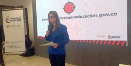 La ministra de Educación, Gina Parody, hablando sobre los contratos del PAE