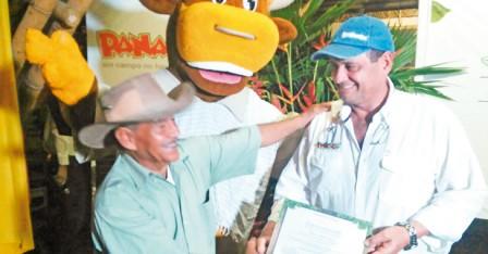 El ministro de agricultura, Aurelio Iragorri Valencia, encabezó la ceremonia de graduación de los 200 campesinos.
