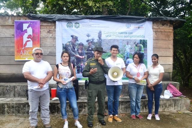 Policía Ambiental, Fundación ARCA y estudiantes de Saneamiento Ambiental en el barrio Huasipanga
