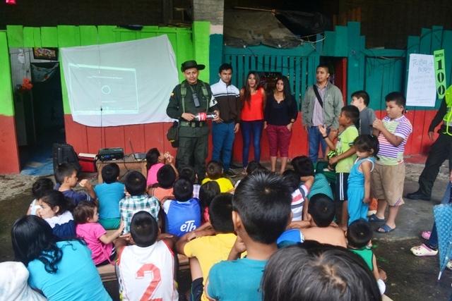 Policía Ambiental y estudiantes de Saneamiento Ambiental en el barrio La Peña