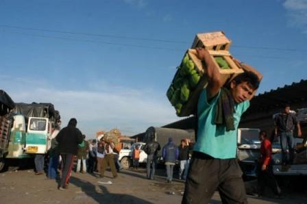 Foto: Archivo La carga aún llega con irregularidad a varias centrales de abastos del país.