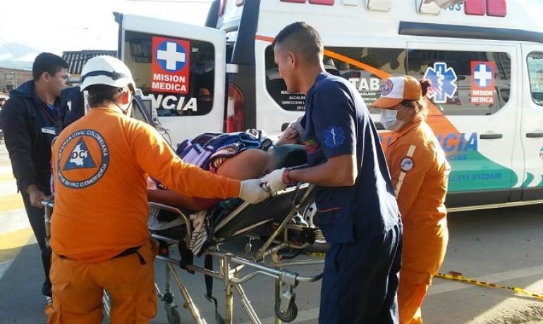 El paciente tuvo que ser trasladado a otra ambulancia para ser llevado hacia la ciudad de Pasto. | Foto: Defensa Civil Sibundoy.