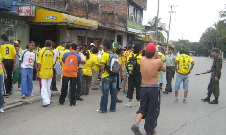 Hasta la mañana de este lunes permanecieron en esa población los hinchas. | Foto: Archivo (Barrasbravas.net)