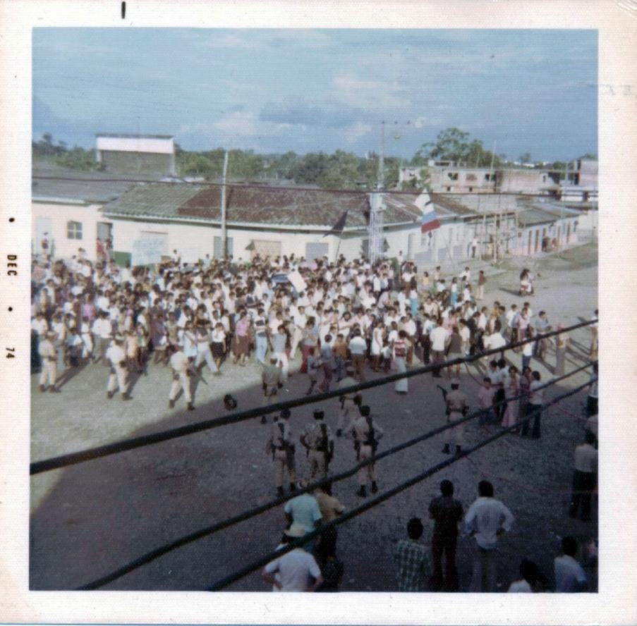 Grupo de pobladores concentrados en la esquina de la Carrera 20 con Calle 10 , Puerto Asís