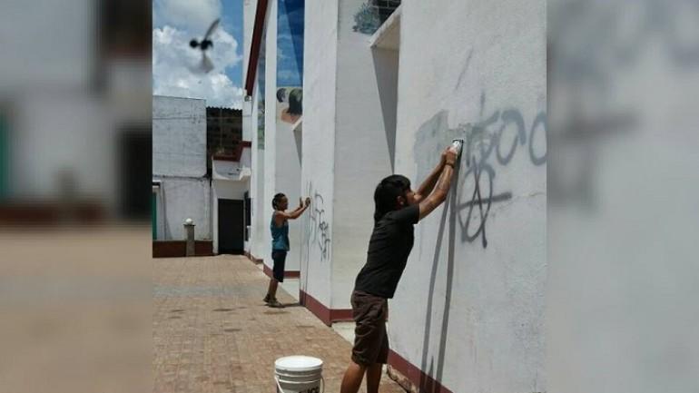 Con esponja en mano, los jóvenes tuvieron que borrar grafitis. | Foto: Policía Nacional.