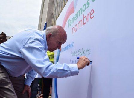 Firmando como un ciudadano más, el Alcalde de Cali lanzó la particular iniciativa de cultura ciudadana.