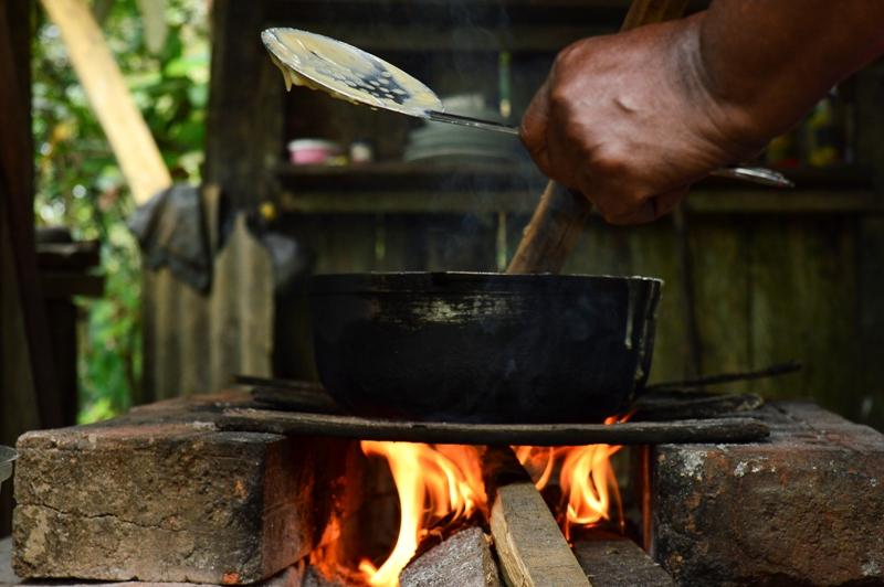 El fuego aliado en la crianza de los hijos de Araceli, generador de vida, de unión y luz de una esperanza que se enciende todos los días para la cocción del sustento de las familias.