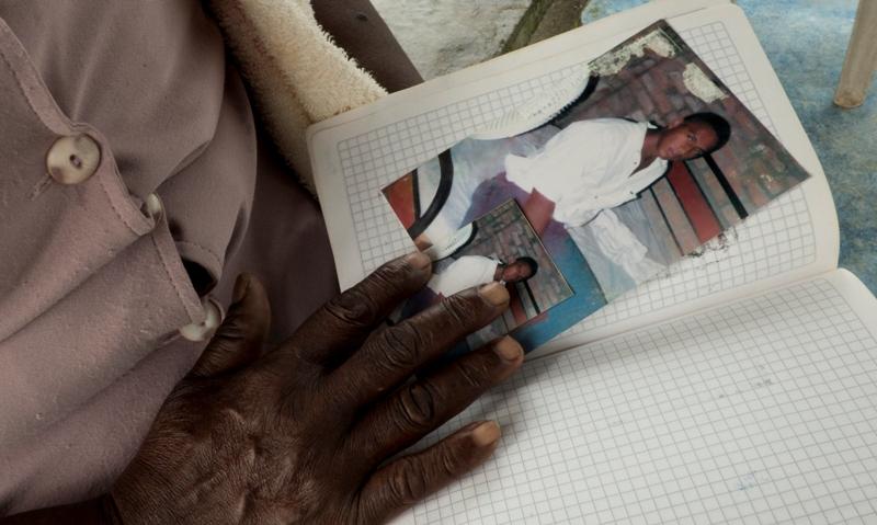 """""""Ella carga su recuerdo"""" Araceli abrigando entre sus manos la esperanza de tener noticias de su hijo desaparecido."""