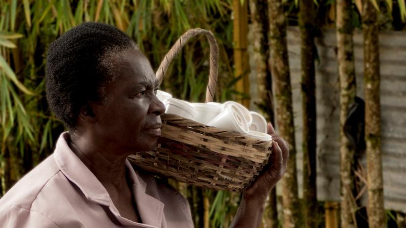 Araceli poniéndole el pecho a la vida en su venta de dulces en la vía Caicedo-Santana.